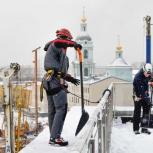Очистка кровли от снега и сосулек альпинистами, Екатеринбург