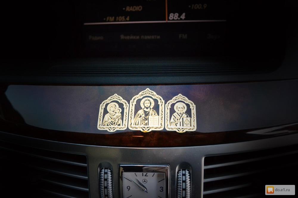 нем где крепятся иконки при освещении машины фото папарацци